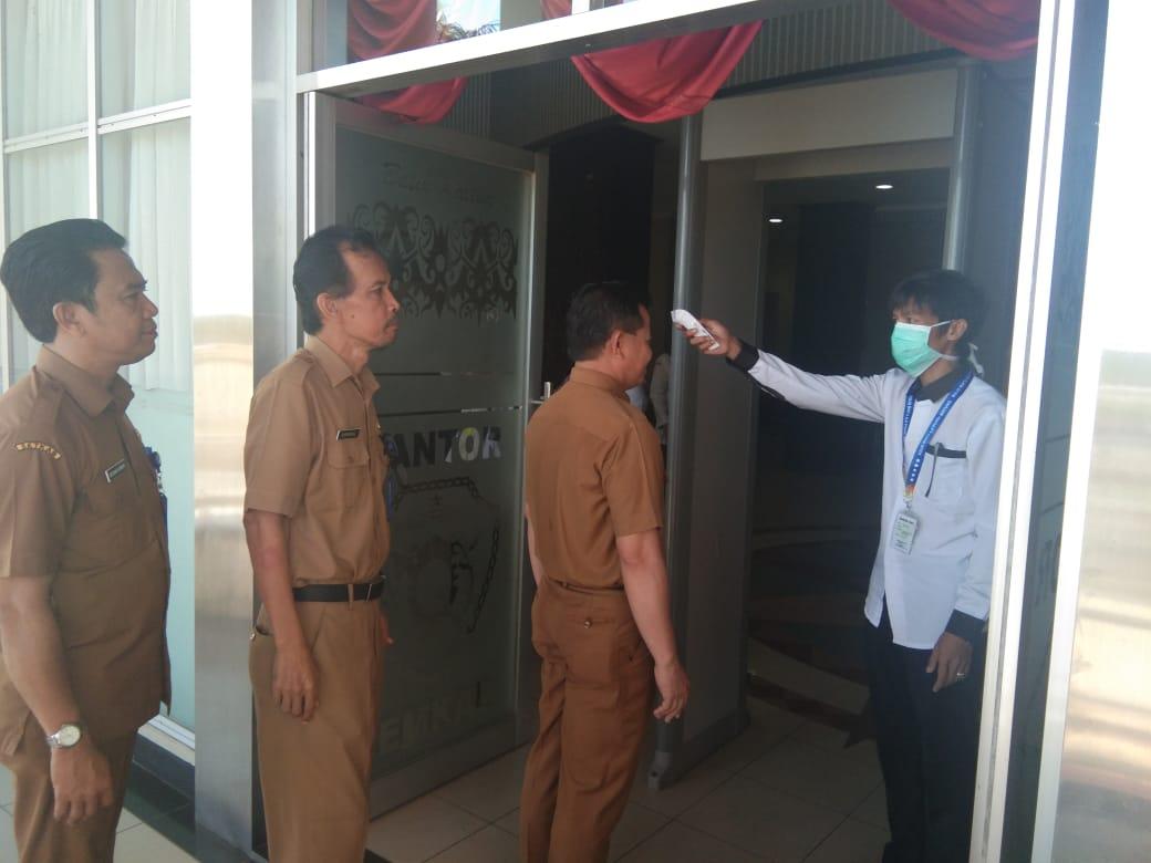 Pegawai Kantor Bupati PPU Jalani Screening Suhu Tubuh